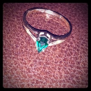 18k gold ring with 1.5k spear shaped emerald